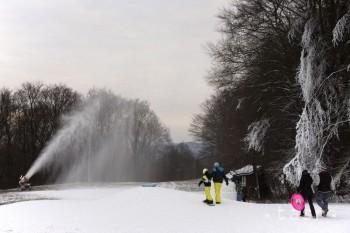 Snehové správy: Vo viacerých strediskách v noci spustili zasnežovanie