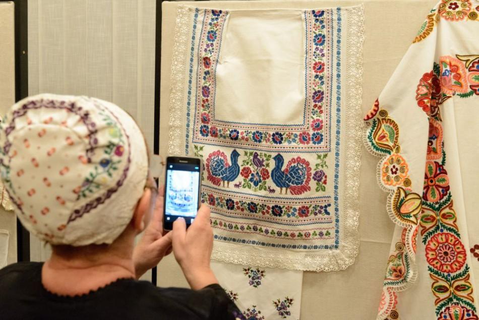 32fb4a459 VIDEO: Čepce, rukávce a kroje môžete vidieť na výstave Ej ženy, ženy