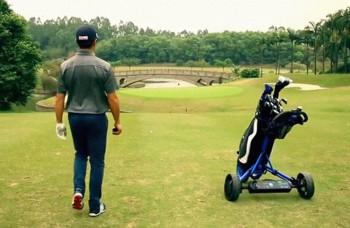 Posledná inovácia v golfe: automatický nosič vybavenia