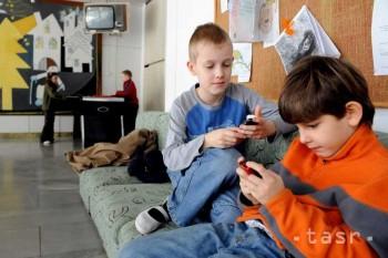 Každé štvrté dieťa je v ohrození závislosti od mobilu či počítača