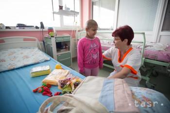 Za deťmi v nemocničnej ZŠ B. Bystrica chodia učiteľky k ich lôžkam