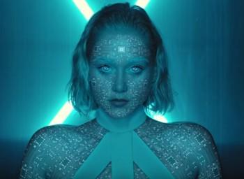 Emma Drobná sa v klipe k piesni Try mení na robota
