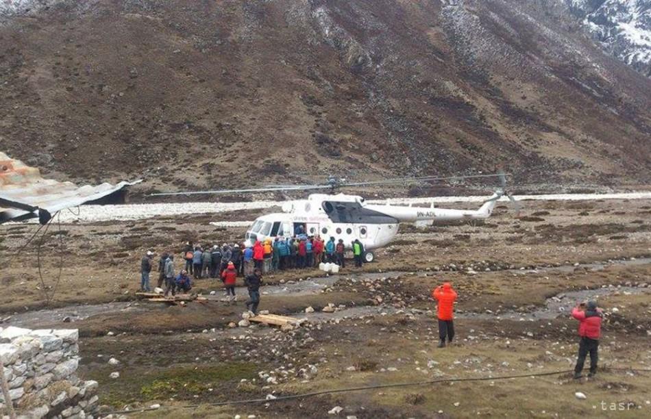 VIDEO: Vrtuľníky evakuujú horolezcov uviaznutých na Evereste