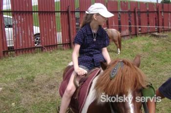 Kým pretekári súťažili, deti sa vozili na poníkoch