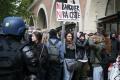 Stredoškoláci v Paríži protestujú proti kandidátom druhého kola