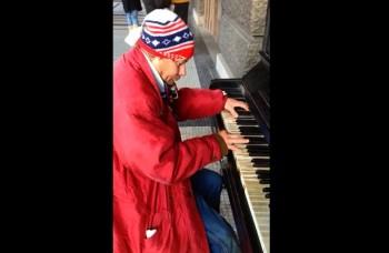 Talentovaný bezdomovec: V centre Prahy zahral na klavíri Vltavu