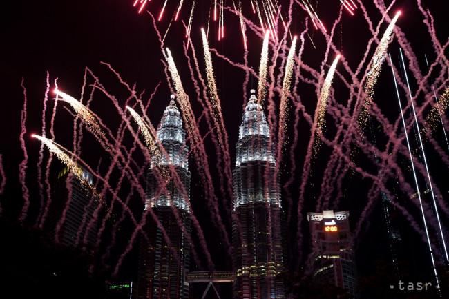 20a411eb871b Ohňostroj exploduje pred budovou Petronas Twin Towers počas začiatku  novoročných osláv v Kuala Lumpure 1. januára 2019.