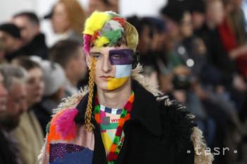 Model predvádza kreáciu belgického návrhára Waltera Van Beirendoncka z pánskej kolekcie jeseň/zima 2019-20 na prehliadke v Paríži 16. januára 2019.