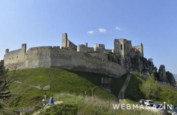 Na hrade Beckov chystajú program pre deti a vystavujú erbové beštie