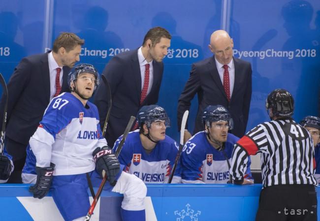 da2239b5e ... asisitenti Ján Lašák, Vladimír Országh diskutujú s rozhodcom počas  zápasu základnej B-skupiny Slovinsko - Slovensko na zimných olympijských  hrách v ...