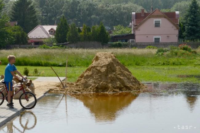 Vyrážajúca spodná voda v obci bodíky, 12 kilometrov od priehrady