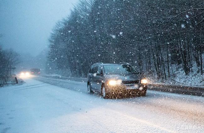 Radíme: Zasnežené auto na cestu nepatrí
