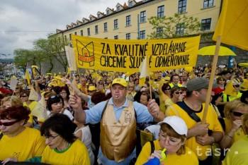 Stovky učiteľov pochodujú za záchranu školstva