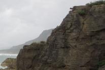 V Normandii sa zrútili vápencové skaly, pátra sa po možných zasypaných