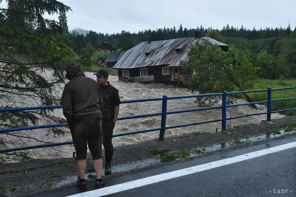 90aaed1659e1 SLEDUJEME  MIMORIADNA SITUÁCIA V TATRÁCH  Voda strhávala mosty