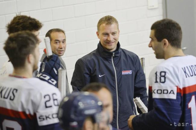 307600e4ddcae Na snímke uprostred tréner brankárov Peter Kosa vpravo Andrej Kudrna počas  oficiálneho fotografovania na 81. majstrovstvách sveta v ľadovom hokeji.