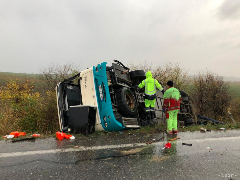 Neďaleko Nitry sa zrazil autobus s nákladným autom, nehoda si vyžiadala viac ako desať obetí. Foto: TASR