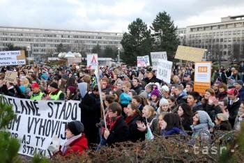 Učiteľov prišli pred Úrad vlády podporiť stovky študentov