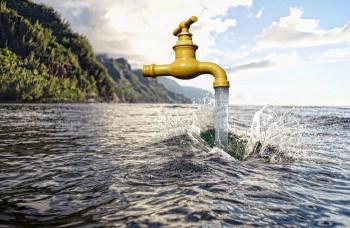 Ľudia menia slanú vodu z morí na sladkú, aby mali čo piť