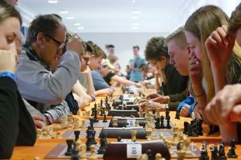 Žilina: Študenti si na pôde Úradu ŽSK zmerali sily v šachu so seniormi