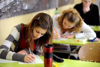 Študenti dostanú viac času na vypracovanie písomných maturít