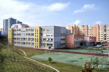 Gymnáziu Jána Hollého v Trnave už ťahá na stovku