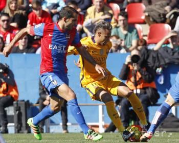VIDEO: Barca zvíťazila na ihrisku Levante 2:0, Navarro dal vlastný gól