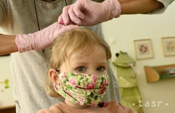 Ochranné rúška môžu spôsobiť kožné reakcie, upozorňuje lekárka