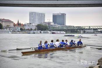 Veslári UK hodili kormidelníka do Dunaja,sú víťazi Univerzitnej regaty