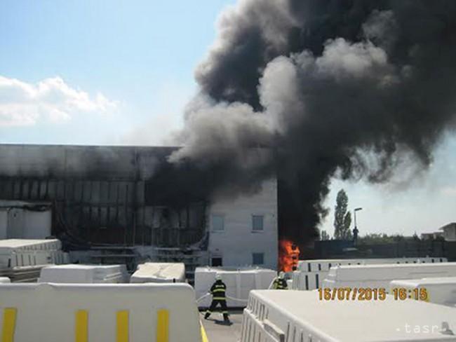 VIDEO:V Senci horí výrobná hala, v Novej Lehote porast