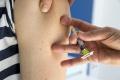 Chrípková sezóna sa blíži, chrániť sa možno očkovaním