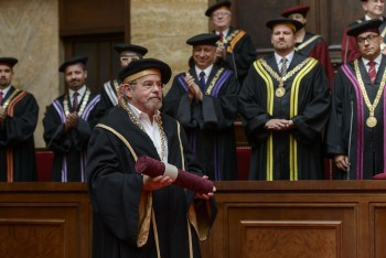 UK udelila čestný doktorát americkému vedcovi Josephovi Wangovi