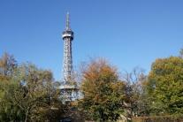 Zdá sa vám Eiffelovka ďaleko? Jej mladšiu sestru nájdete v Prahe