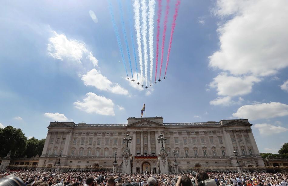 Akrobatická skupina Kráľovského letectva Red Arrows letí nad Buckinghamským palácom po tradičnej vojenskej prehliadke na počesť 91. narodenín britskej kráľovnej Alžbety II. v Londýne 17. júna 2017.