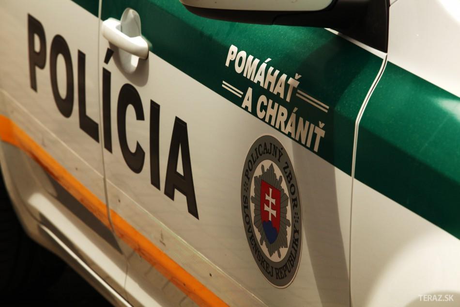 Policajta, ktorý nasadzoval putá mladej žene, obvinili