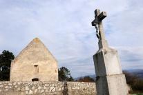 Starobylý kostolík v obci Haluzice