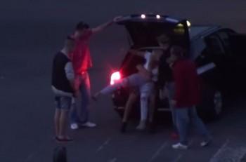 0e8e477fc POBURUJÚCE VIDEO: Dievča naložili do kufra auta, policajti nezasiahli
