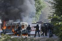 Príslušníci kirgizských poriadkových síl a barikád