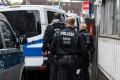 Mladík v Salzburgu strieľal na policajtov, potom sa chcel podpáliť