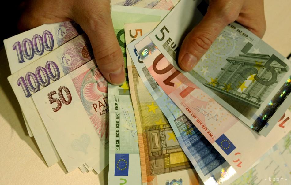Takto sa pohyboval kurz eura a českej koruny. Ktorá mena si vyplatila?