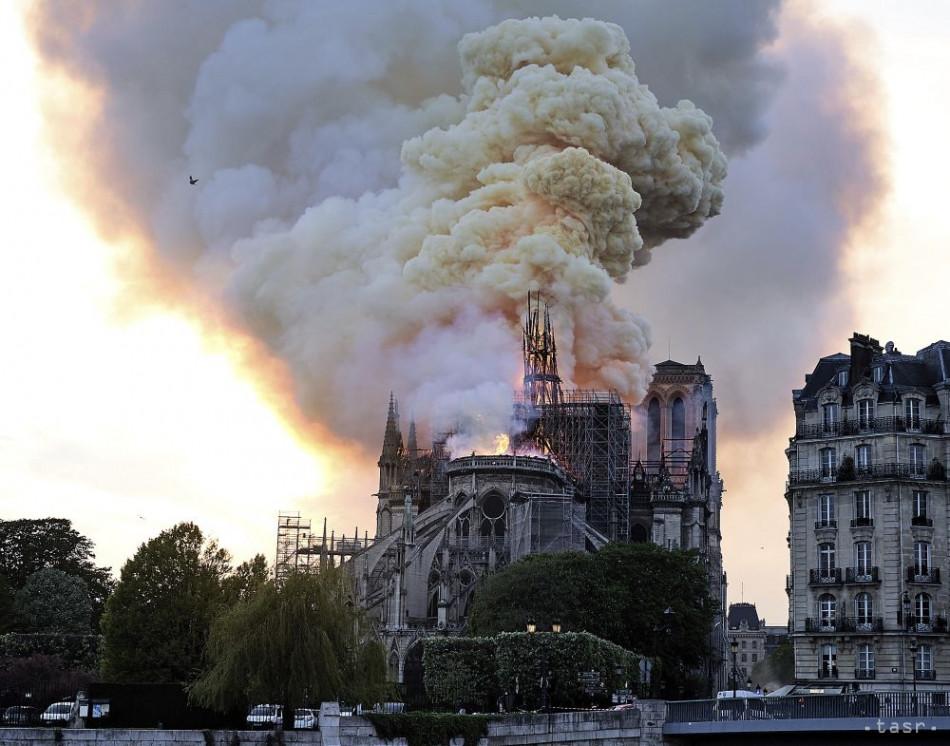 Na snímke Katedrála Notre-Dame počas požiaru 15. apríla 2019 v Paríži. Foto: TASR/AP