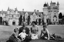 Britská kráľovná Alžbeta II., princ Philip a ich t