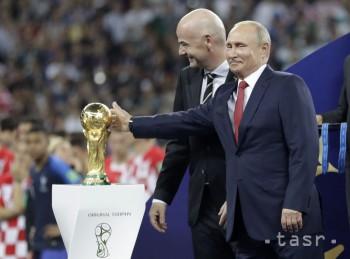 Ruský prezident Vladimir Putin sa dotýka víťaznej trofeje MS vedľa prezidenta FIFA Gianniho Infantina po skončení finálového zápasu Francúzsko - Chorvátsko 4:2 na MS 2018 vo futbale v Moskve 15. júla 2018.