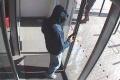Rakúsko: Bankový lupič ušiel na škodovke do Česka, kde sa stratil