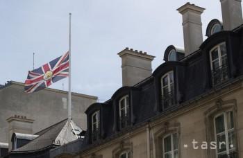 Britská vlajka veje na pol žrde na britskom veľvyslanectve v Paríži 23. mája 2017.