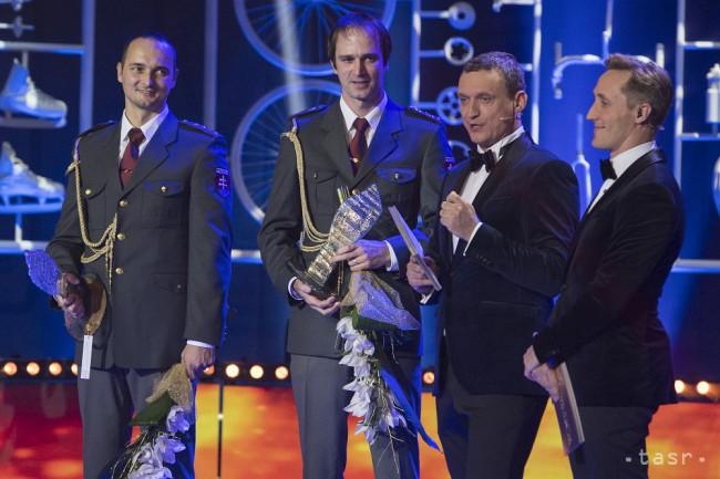173cadbbf52e1 ... si prevzali cenu za 10. miestovv kategórii Jednotlivci počas  slávnostného vyhlásenia ankety Športovec roka 2017 v Bratislave 22.  decembra 2017.