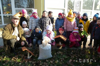 V areáli materskej školy vo Vajnoroch pribudli vtáčie kŕmidlá