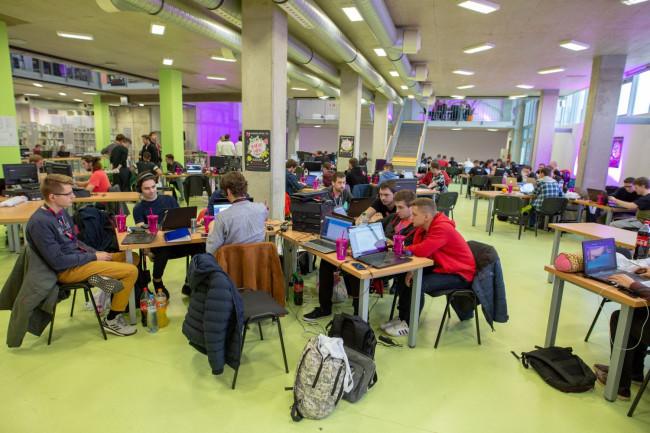 """8246e016ba59 Počas """"hackingu"""" v Knižnici Technickej univerzity v Košiciach (TUKE) bolo  súťažiacim k dispozícii 25 mentorov na konzultáciu a ..."""