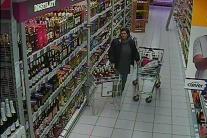 Podozrivé osoby pri krádeži alkoholu