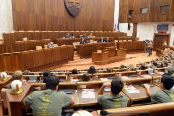 Poslancov v pléne vystriedajú študenti z Detskej Univerzity Komenského